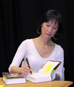 Tess Gerritsen signiert ein Buch